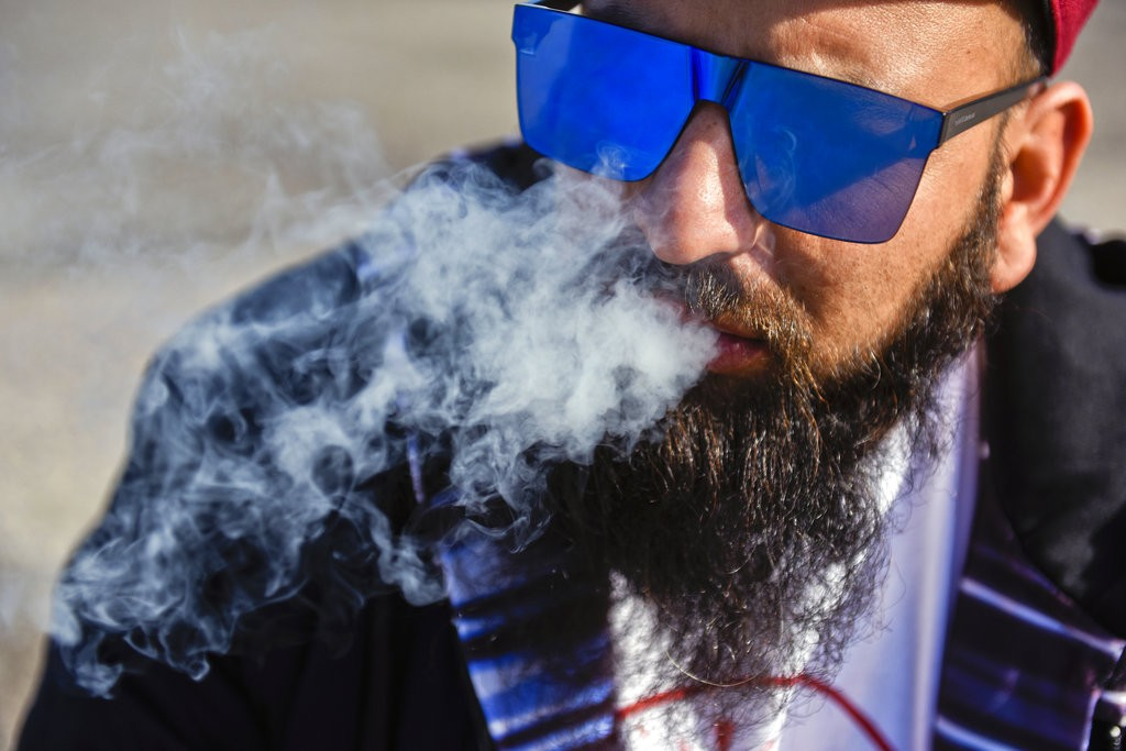 烏拉圭是第一個舉國大麻合法化的國家。圖為一名烏拉圭人在合法抽大麻煙(美聯社)
