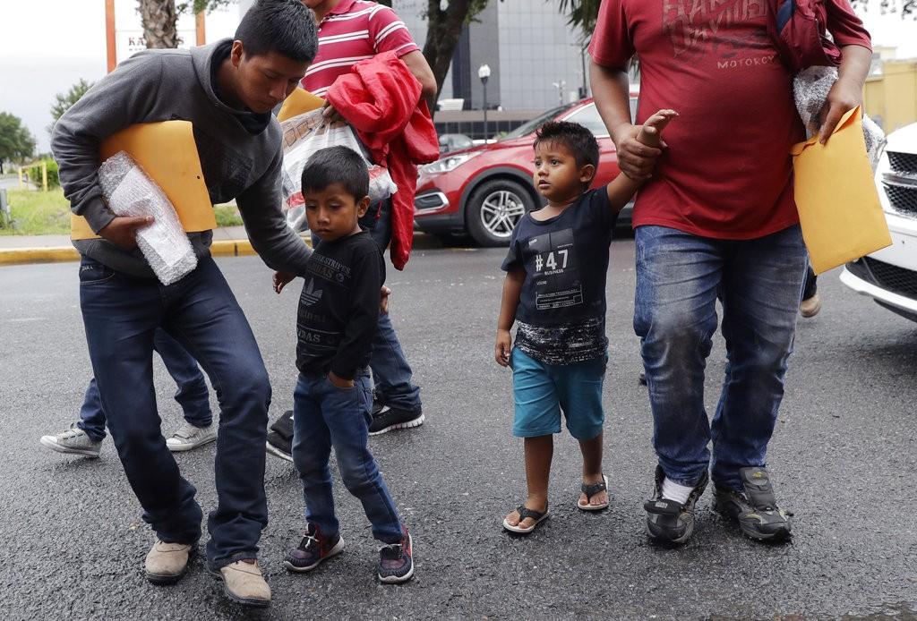 抵美移民和其孩子。非文中母女(美聯社)