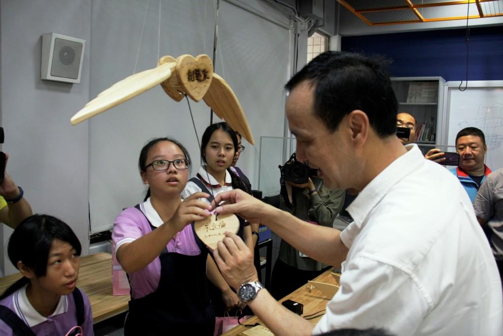 永和國中跨域實創教育廊帶揭牌-朱市長與學生共創藝品。(照片由新北市政府提供)