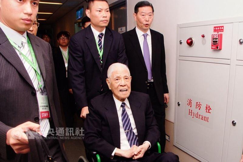前總統李登輝22日搭機前往日本沖繩,預計在24日參加沖繩戰役台灣人戰亡者慰靈碑的揭幕式(中央社)