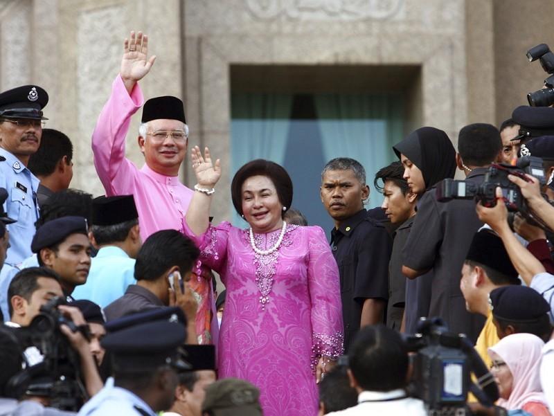 圖中揮手者即大馬前首相納吉(左)及其夫人。美聯社檔案照片