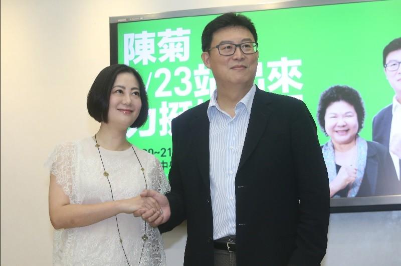 民進黨台北市長參選人姚文智(右)21日在立法院舉辦 記者會,公布623活動廣告,立委吳思瑤(左)出席支 持。中央社