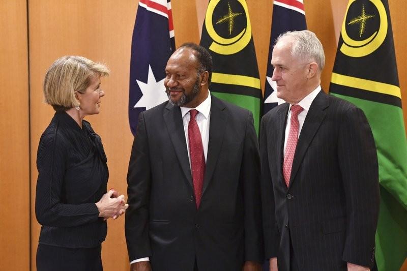 萬那杜總理(中)與澳洲總理(右)及外長會晤(美聯社)