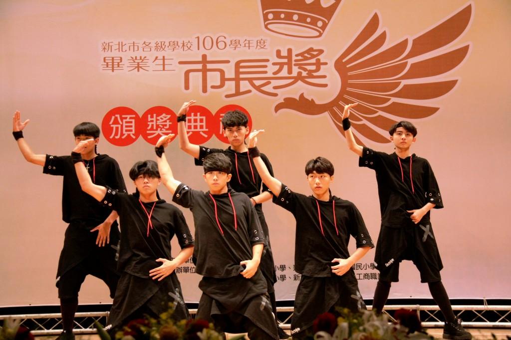 106學年度國、高中及國小畢業生市長獎-南強工商舞蹈表演。(照片由新北市政府提供)