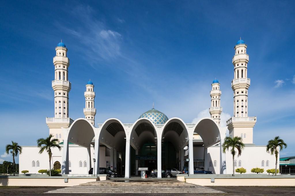 沙巴亞庇清真寺暫時禁止遊客參觀。 (維基百科)