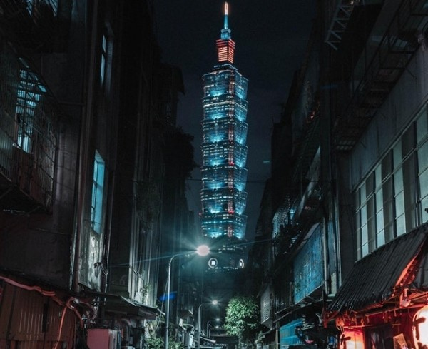 Taipei 101 from dark alley. (Photo by instagram user @trestonchen)