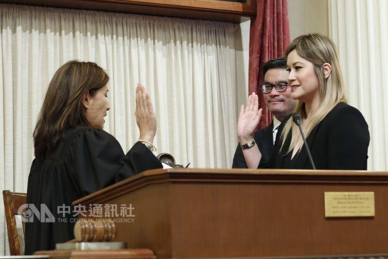 共和黨籍加州州參議員張齡玲宣誓就任 (中央社)