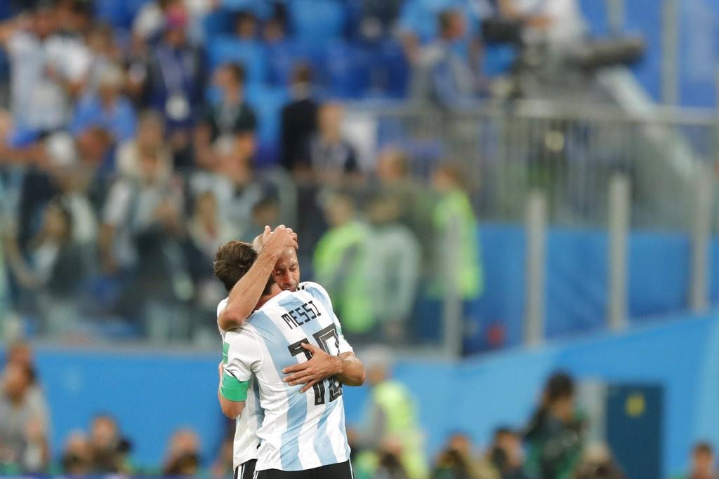 梅西攻進他在本次世界盃第一個進球,讓阿根廷開賽不久取得領先,最後以2比1擊敗奈及利亞,驚險晉級16強。圖為梅西與隊友賽後相擁畫面(圖片來源