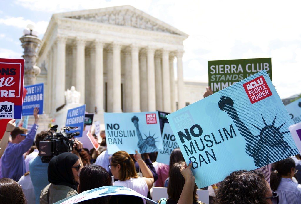 美國民衆在最高法院外,抗議川普對穆斯林國家人民下達的旅遊禁令(美聯社)