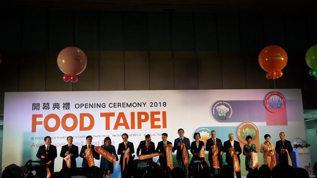 2018台北國際食品展開幕典禮,中華民國對外貿易發展協會董事長黃志芳與貴賓合影。