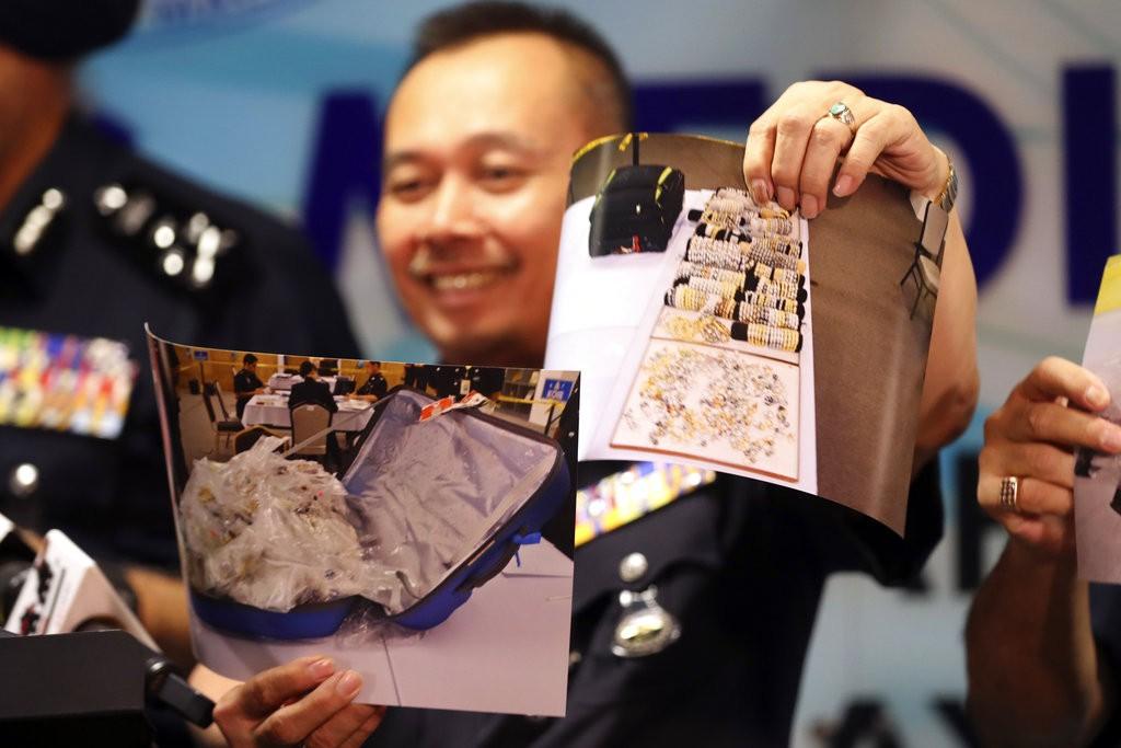 馬來西亞警方展示在前總理納吉家中搜出之物品(美聯社)
