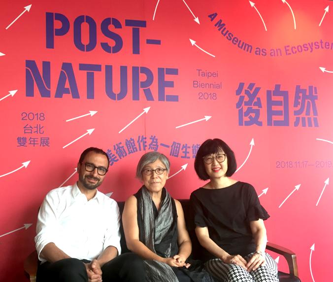 2018台北雙年展結合美術館與大自然,左起為策展人范切斯科.馬納克達、吳瑪悧以及北美館館長林平。(照片來源:台灣英文新聞)