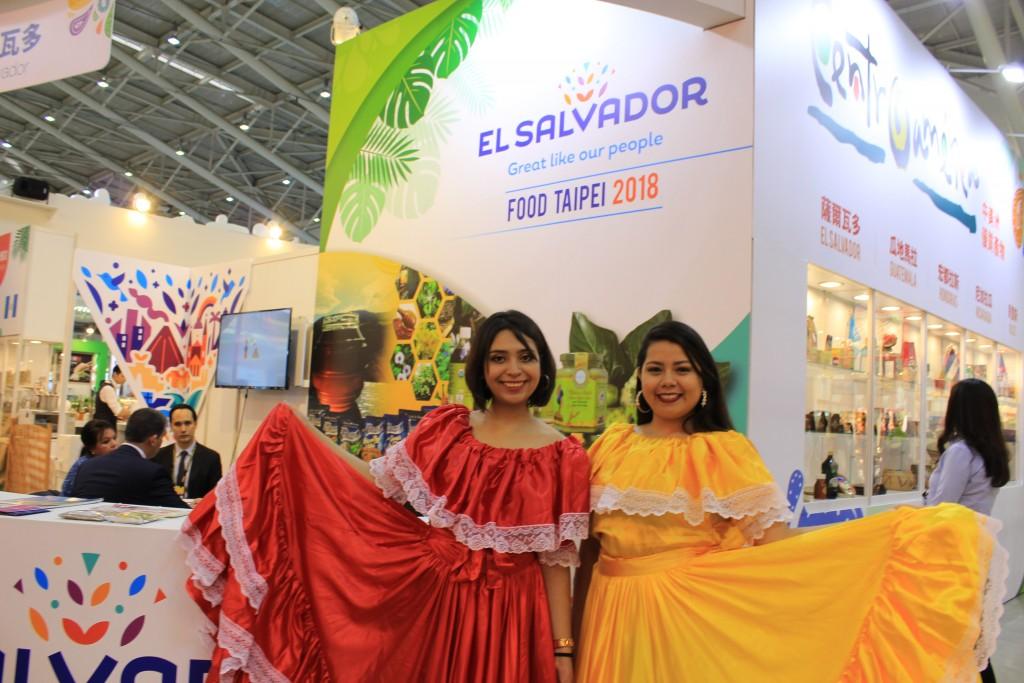 美麗的薩爾瓦多工作人員著傳統服飾在現場與民眾合影。