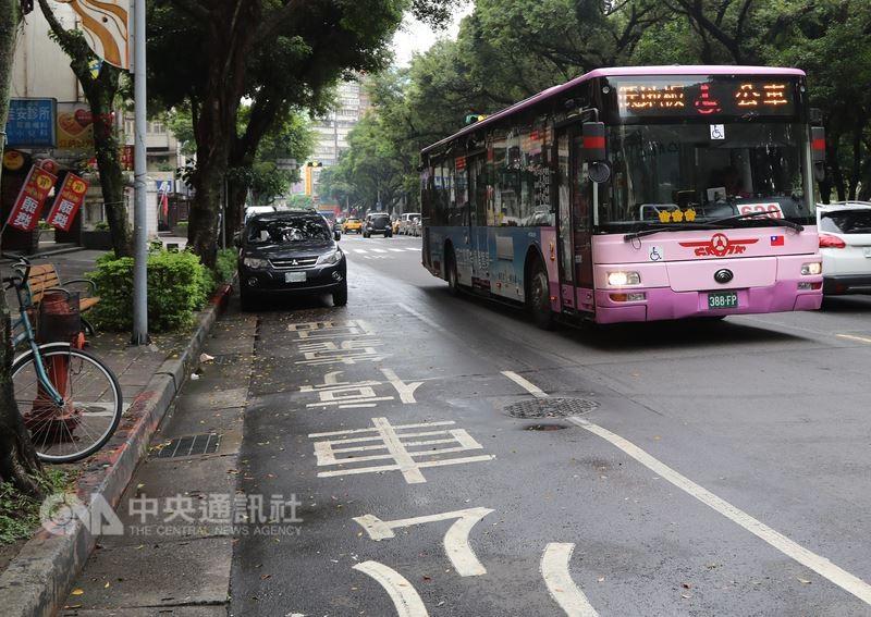 7月1日起,汽機車在公車招呼站10公尺內違規停車的罰鍰將提高,汽車一律處罰鍰新台幣1200元;機車處罰鍰900元至1200元(中央社)