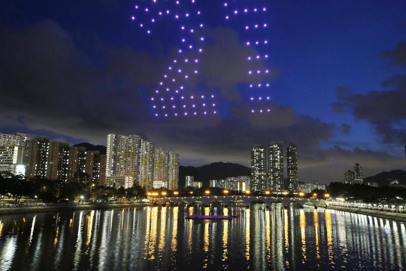 香港以100架無人機在維多利亞港上空排出21週年字樣(美聯社)