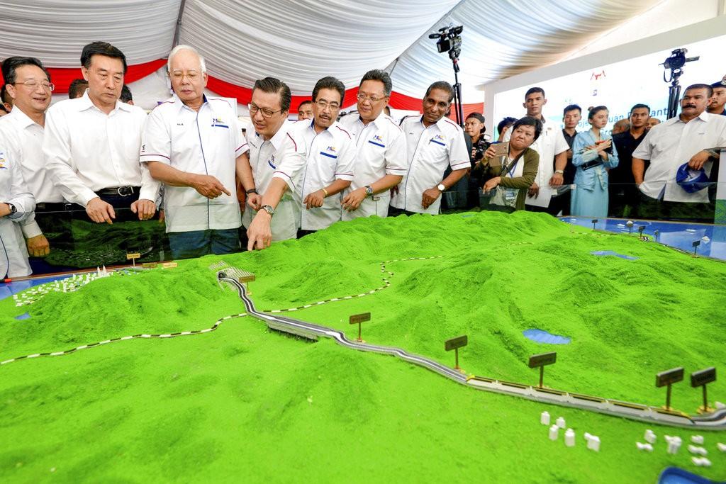 馬來西亞前任政府官員視察東岸鐵路説明(資料照,美聯社提供)