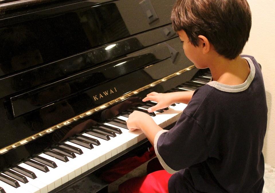 男童學習鋼琴﹝maxpixel 提供﹞