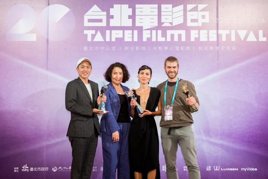 「國際新導演」頒獎典禮得獎者們合影,左起觀眾票選獎《誰先愛上他的》導演許智彥、徐譽庭,評審團特別獎《騙婚風暴》演員瑞加納德,最佳影片《自己