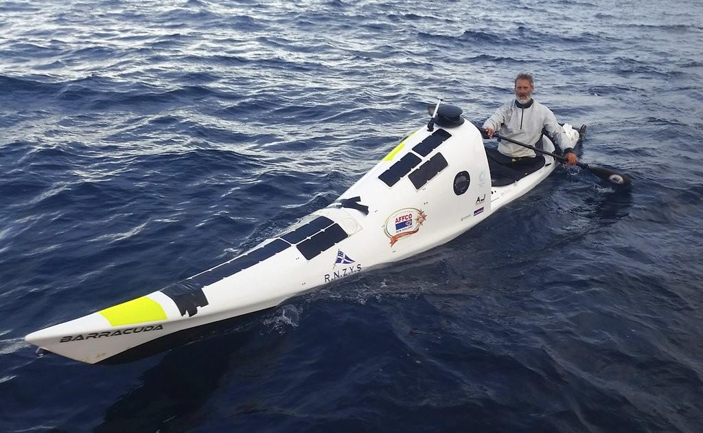 丹尼爾森(Scott Donaldson)與他的獨木舟(美聯社提供)