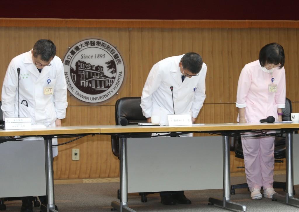台大醫院5月25日發生加護病房洗腎設備接錯管路事件,共6名病患受影響,發言人王亭貴(中)等人6月26日出面說明並鞠躬致歉。