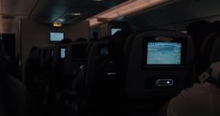 黑暗中的飛機屏幕 (videoblocks提供)
