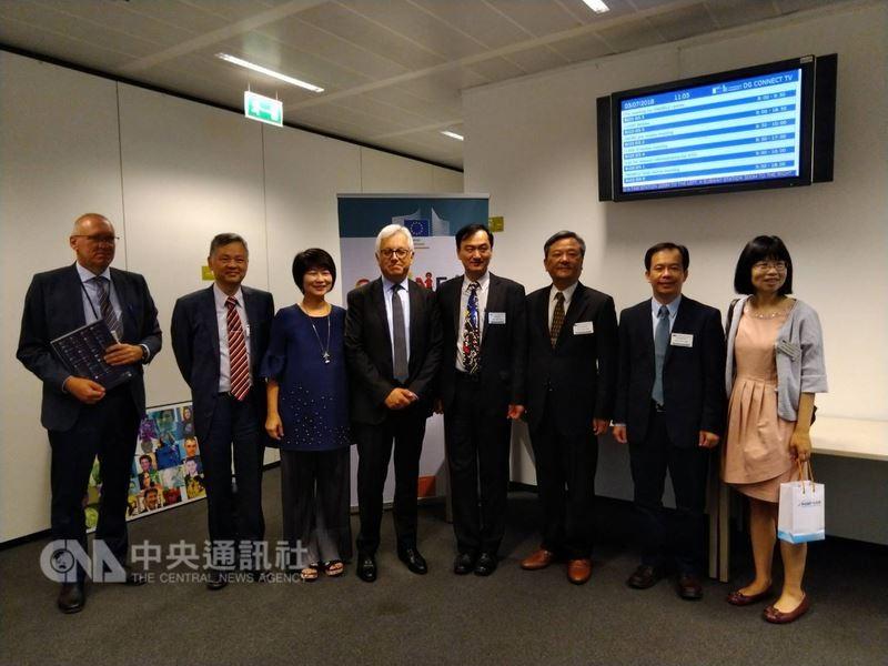 科技部次長蘇芳慶(右4)率團訪歐 (圖/中央社)