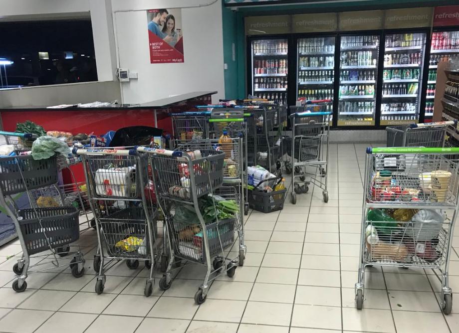 辛巴威行動支付當機後,人們選擇直接離開超市,放棄購物(翻攝自推特)