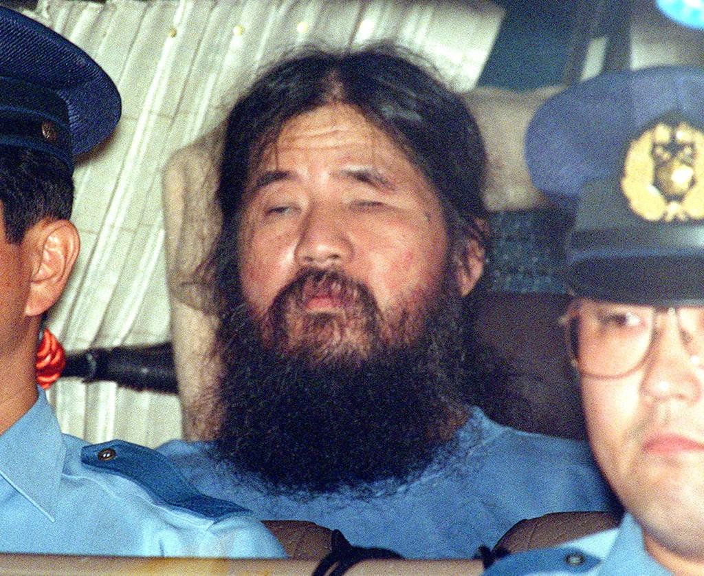 麻原彰晃(本名為松本智津夫)乘坐警車資料照(美聯社提供)