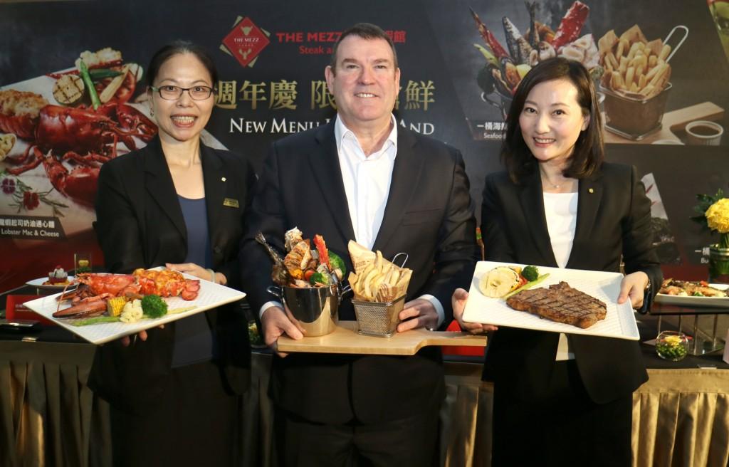 總經理凱德曼(中)、餐飲部總監徐雯珊(左)及行銷公關部經理卜怡筠(右)的介紹下正式宣布新菜上市。