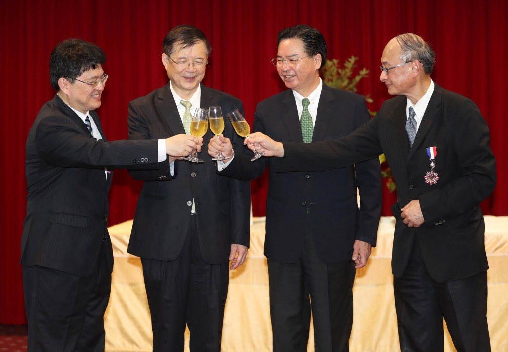 Foreign Minister Joseph Wu (second from right) with the hospital award winners.
