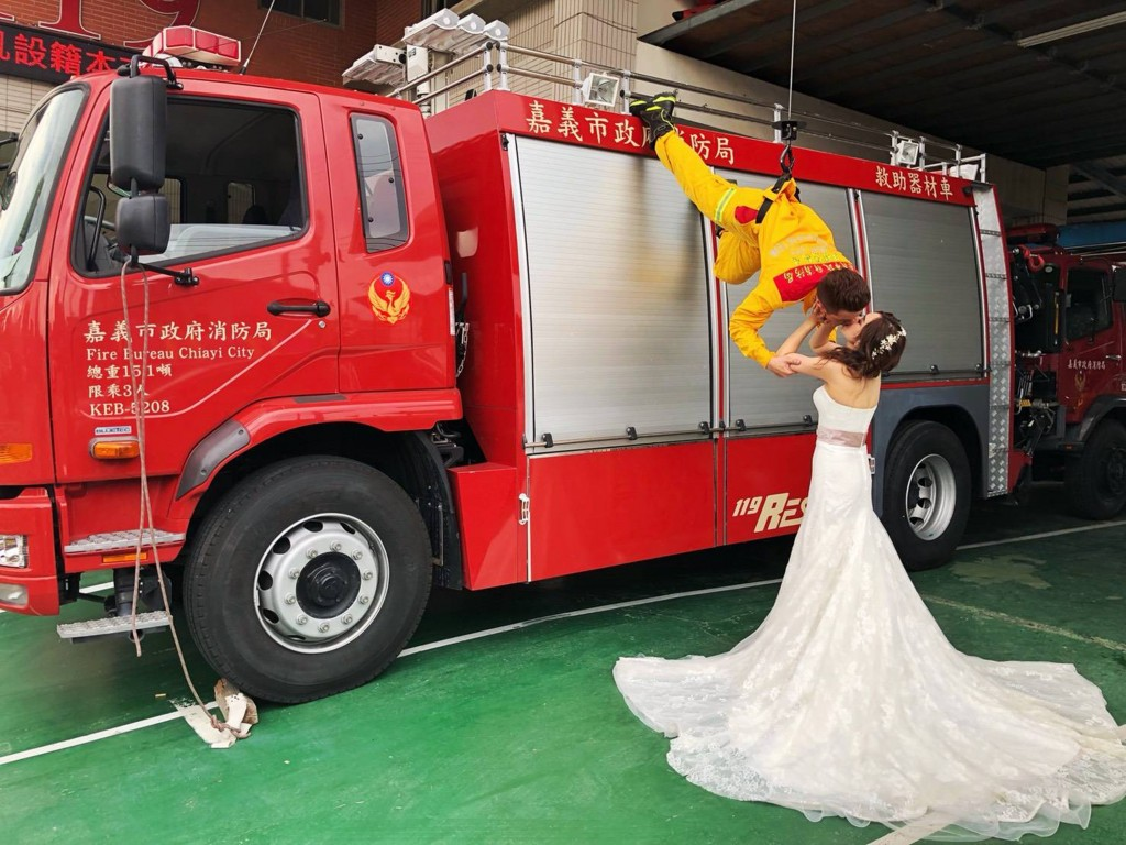 One Chia-yi fireman's daring stunt raises the bar for engagement photos.
