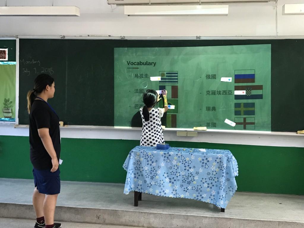 飄洋過海到新北,華裔志工化身最棒營隊教師-2 (新北市政府教育局提供)