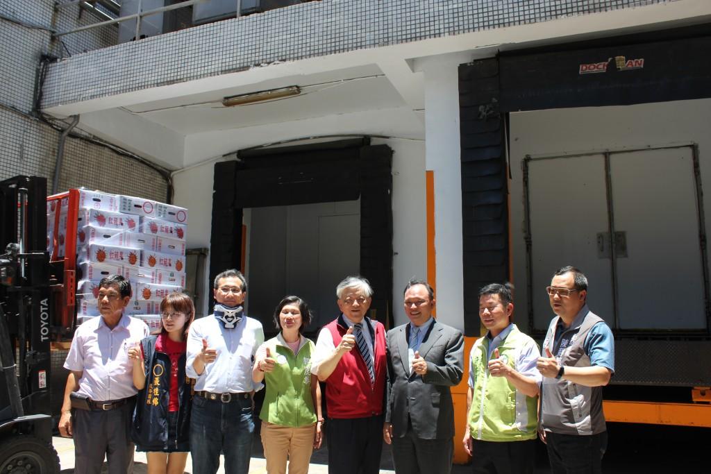 義美食品總經理高志明(右四)與農委會主委林聰賢(右三)與來賓們合影。