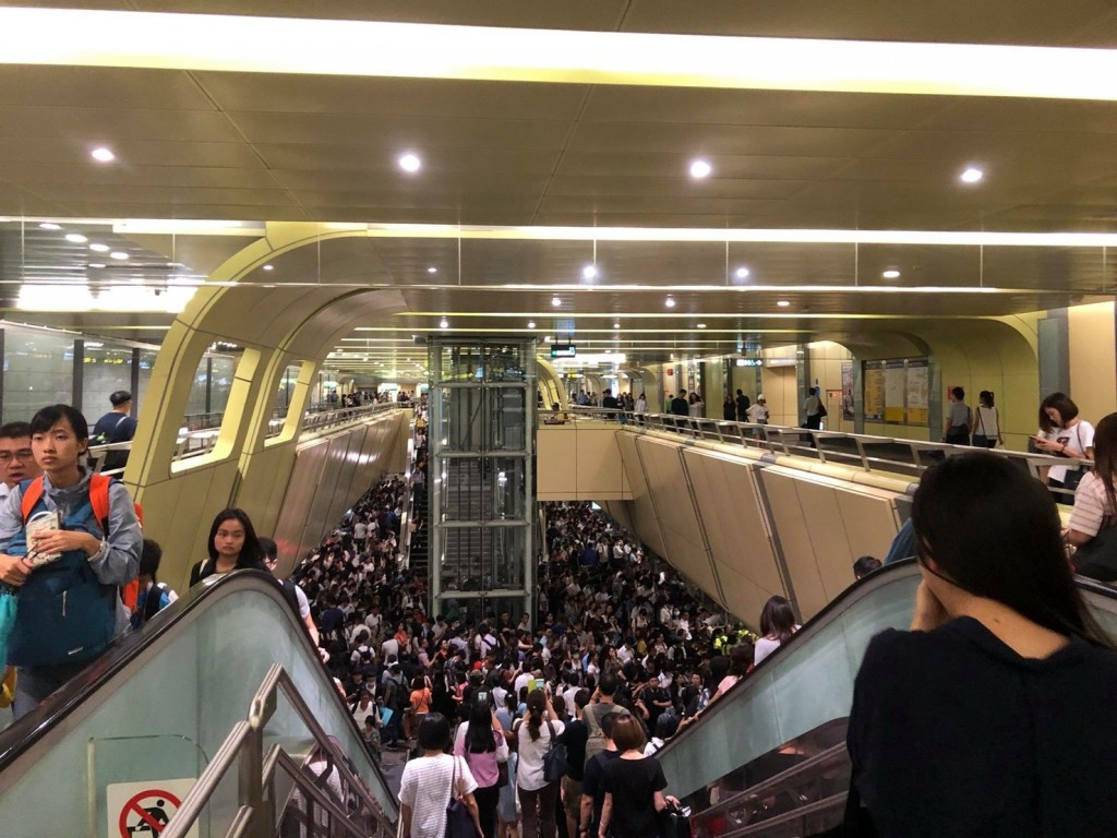Nanjing Fuxing MRT station as typhoon holiday started Tuesday afternoon (Photo provided by Wu Bing-han).