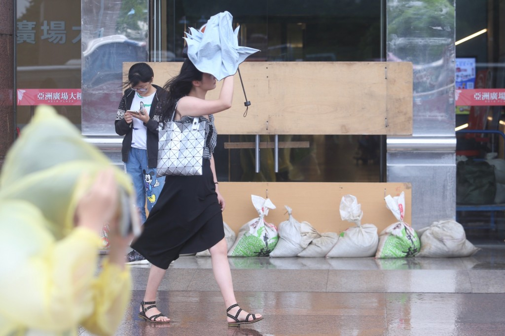 Preparations for Typhoon Maria in Taipei.