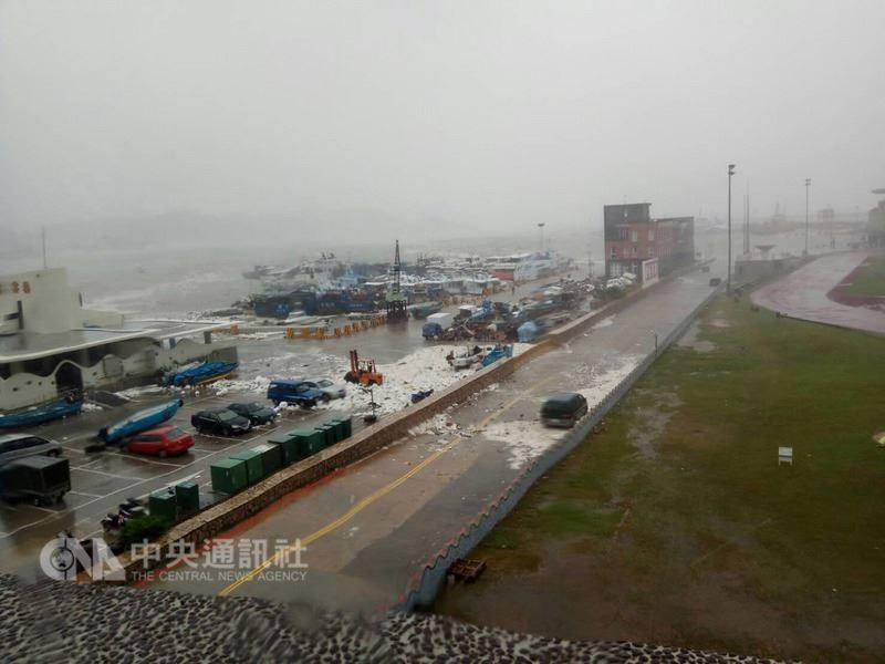 馬祖地區11日出現狂風暴雨,觀測最大陣風12級,靠近海邊地區出現海水倒灌並淹沒路面,南竿福澳甚至有船隻被沖到道路停放的車輛上。中央社