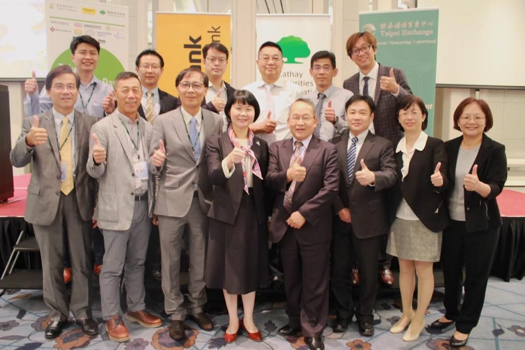 櫃買中心蘇郁卿總經理(前排左4)於馬來西亞與參加法說會公司代表合影 (櫃買中心提供)