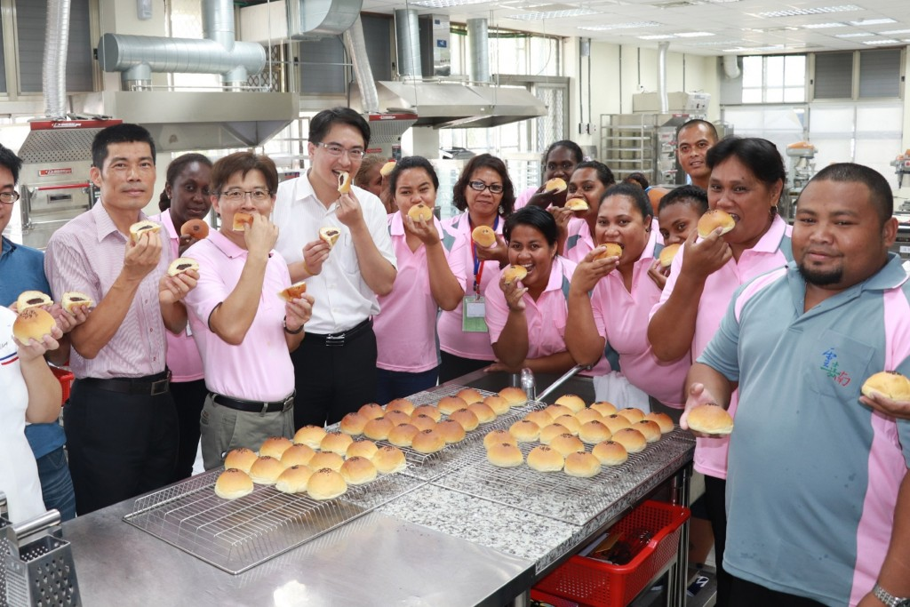 Participants from the South Pacific take part in a baking workshop in Tainan (Photo courtesy of the Ministry of Labor)