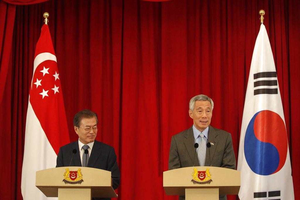 南韓總統文在寅(左)訪問新加坡,與總理李顯龍談話(美聯社)