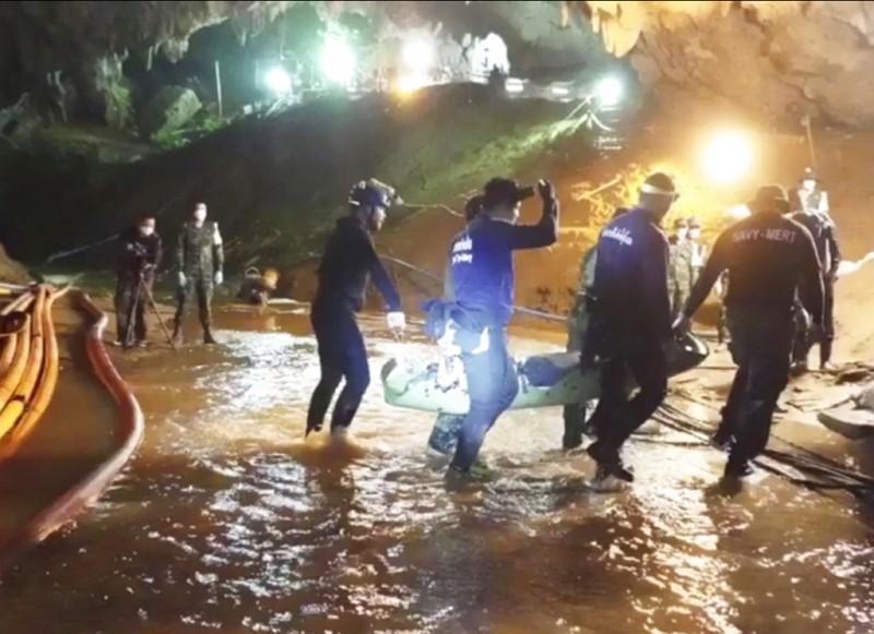 洞穴救援過程困難重重(圖/美聯社)