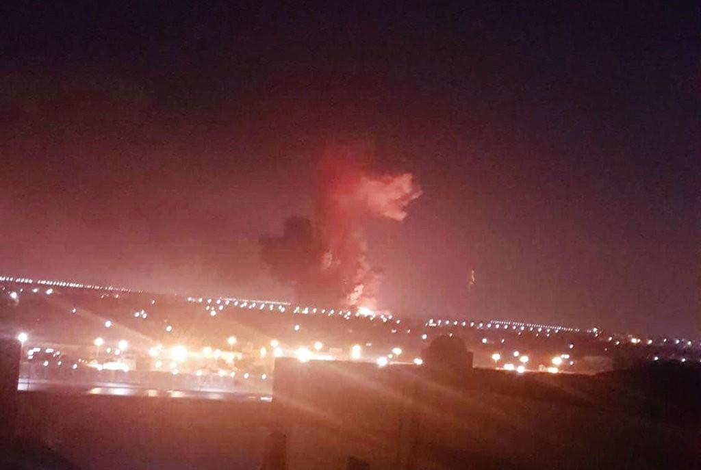 當地時間2018年7月12日晚間,開羅機場附近化學工廠發生爆炸(美聯社)