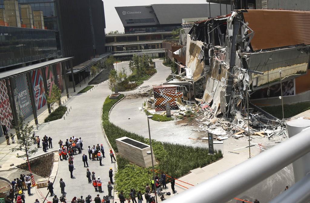 當地時間2018年7月12日在墨西哥城倒塌的購物中心(美聯社)