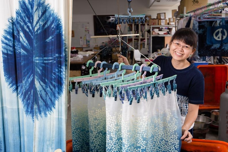 An artisan showcases indigo dyeing works at the Nat. Taiwan Craft Research and Development Institute in Nantou (Image from Taiwan Today)