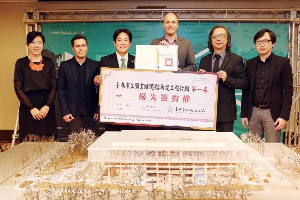 張瑪龍陳玉霖聯合建築師事務所與荷蘭Mecanoo建築事務所合作的團隊,在南市圖新總館競圖中拿到第一名。(台南市文化局提供)