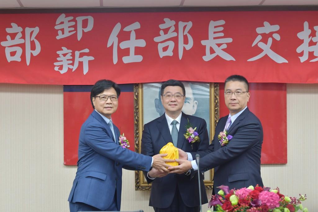 內政部卸任部長葉俊榮(左)、新任部長徐國勇(右)交接典禮,由行政院秘書長卓榮泰(中)擔任監交人。(照片由內政部提供)