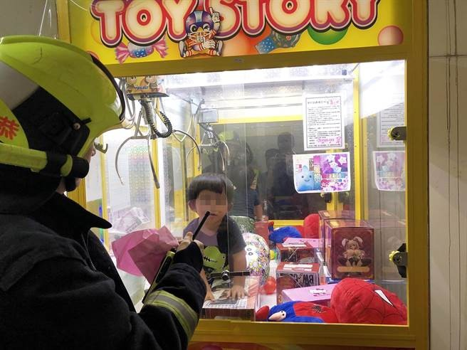 Boy trapped inside claw machine. (Photo from Taichung Fire Department)