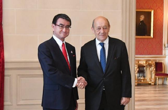 日本外相(左)和法國外長合照(翻攝影自日本外相推特)