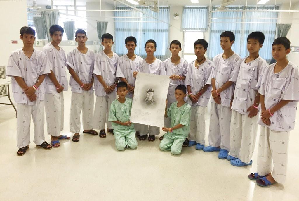 野豬少年足球隊全體向Saman Kunan致敬<圖片來源:美聯社>