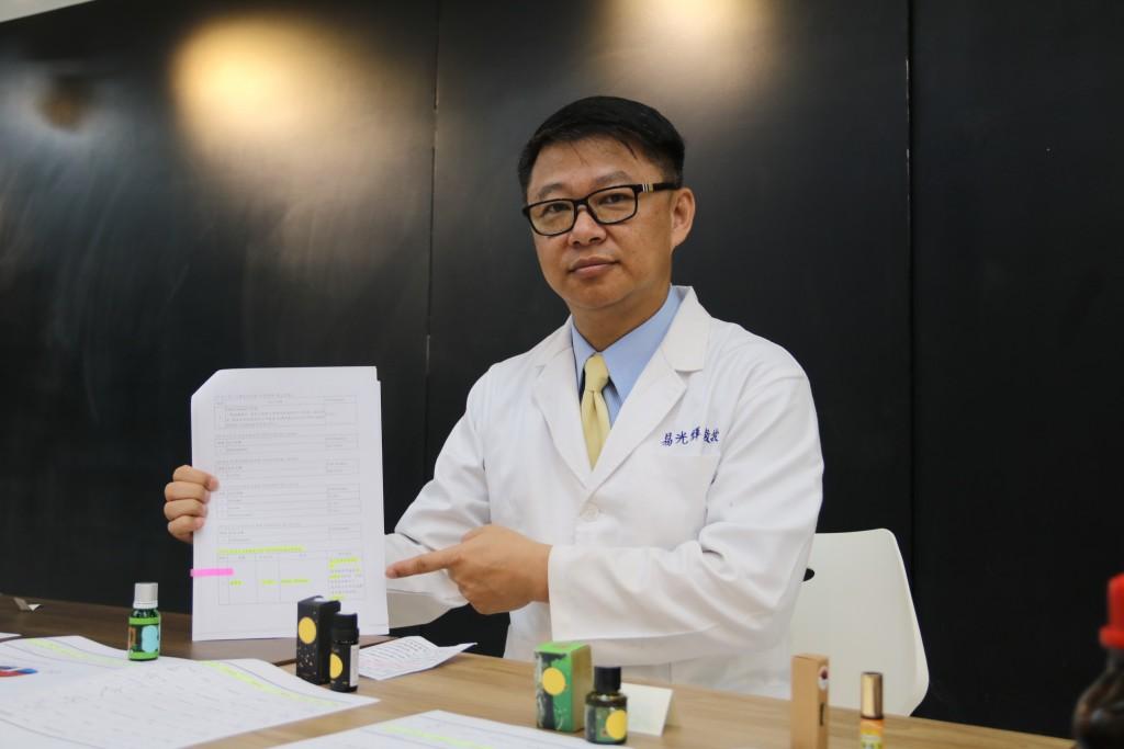 弘光科大化妝品系特聘教授易光輝和其團隊檢驗市售7款以上的牛樟精油,赫然發現都含有黃樟素。(弘光科大提供)