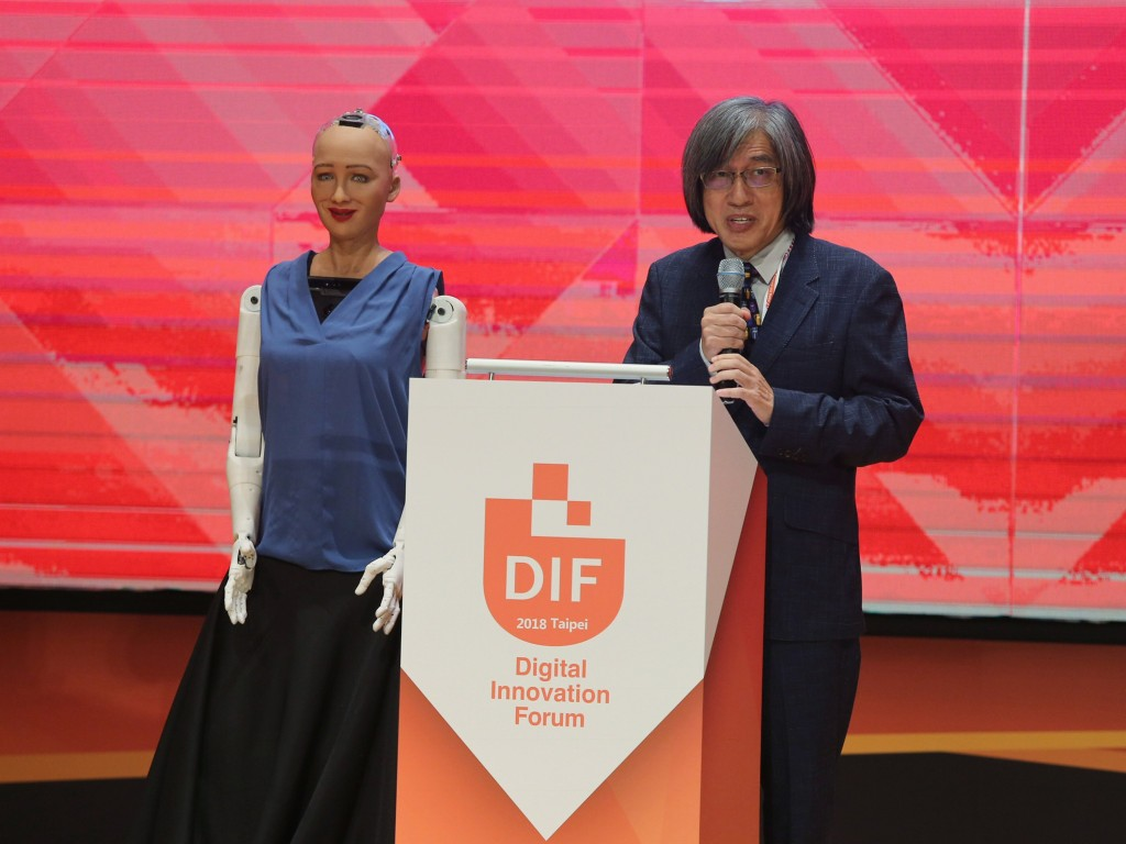 Sophia the android and Jan Hung-tze,chairperson of the ABAC Digital Innovation Working Group, opens the DIF Taipei on July 19